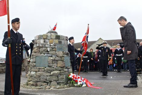 Prime minister Stoltenberg remembering the dead at the Scalloway Shetland Bus memorial. Pic. Millgaet Media