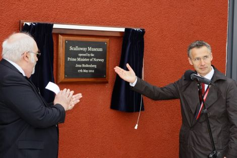 Norwegian prime minister Jens Stoltenberg declares Scalloway museum open, to the applause of Shetland Bus Friendship Society chairman John Hunter. Pic. Millgaet Media