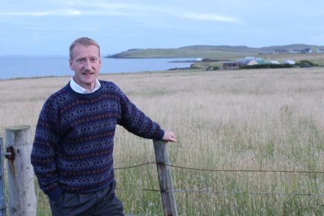 A confident Shetland MSP Tavish Scott takes in Hillswick as part of his marathon speaking tour of the isles to promote the No vote in the independence referendum. Photo Shetnews